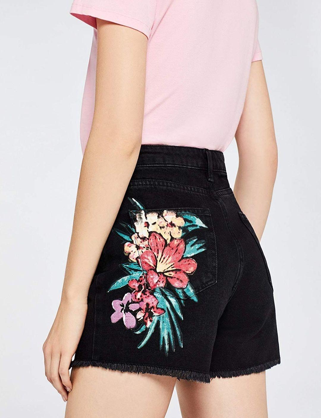 find. Pantaloncini di Jeans a vita alta con stampa floreale